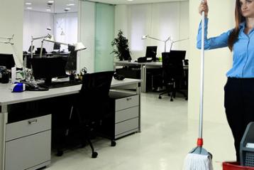 Bir ofis ve elinde paspasla temizlik yapan güzel bir bayan