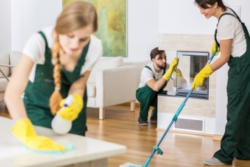 Ev temizliği yapan 3 temizlikçi